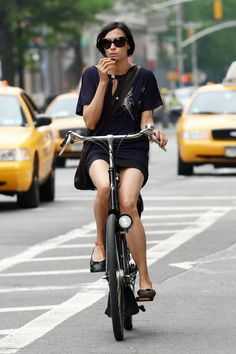 Famke Jansen en bici.
