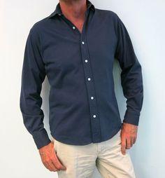 Camisa azul marino con corte recto y sencillo, ¡Ya en el outlet de Viloop!