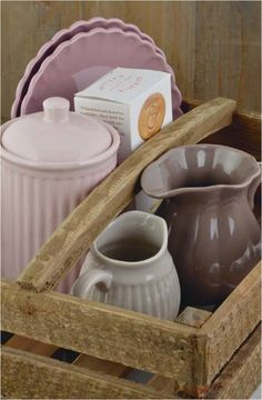 Mynte stoneware by Ib Laursen, a wooden box of combinations in Cafe Latte, Milky Brown, Dusty Violet an English Rose. Kitchen Dishes, Kitchen Decor, Home Design, Pastel Kitchen, Cocinas Kitchen, Cottage Style Decor, Pottery Classes, Mixing Bowls, Rose Cottage