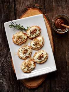 Crostini with cheese, honey and walnuts