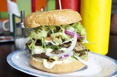 Wo gibt es die besten Burger in Berlin? Wir haben uns durch die Burgerläden gefuttert und dabei Klassiker wie Cheesburger und BBQ-Burger getestet, aber auch vegetarische Burger-Varianten probiert.