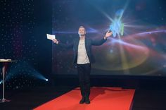 Exekutiv producent Christer Björkman på scenen när alla deltagare i Melodifestivalen 2016 skulle presenteras. Mannen som både drivs av genuint engagemang och har sitt hjärta i melodifestivalen. Det behöver ingen tvivla på.