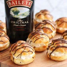 Profiteroles with Baileys cream Oreo Trifle, Banana Recipes, Cake Recipes, Dessert Recipes, Kokos Desserts, Food Cakes, Cupcake Cakes, Baileys Cake, Profiteroles