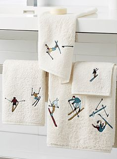 A key pattern in the urban lodge theme with small vintage skiers delicately embroidered on soft thick and absorbent velvety terry in high-quality cotton. Dimensions Bath: 70 x 1 Ski Chalet Decor, Chalet Interior, Ski Decor, Chalet Design, Design Design, Décor Ski, Log Home Interiors, Condo Decorating, Guest Towels