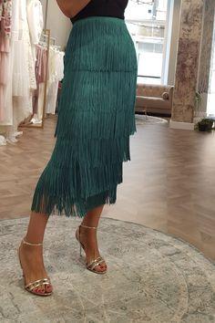 compar online falda de flecos verde pavo de la coleccion otoño invierno  2018 para invitadas boda fiesta coctel comprar online 8d03d28d65d3