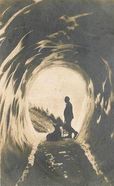 Homme et son chien, la grotte du glacier des Bossons, Chamonix, nd