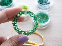 Colgante con forma de círculo Mandala en punto de ladrillo tejido en perlas Miyuki de Petit bout de cabou Beaded Ornaments, Bead Weaving, Christmas Crafts, Creations, Beaded Bracelets, Hoop Earrings, Jewels, Beads, Hanger