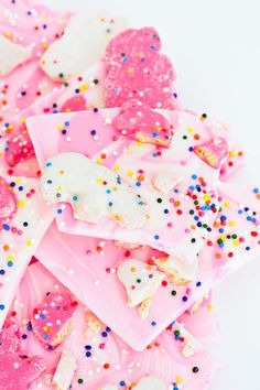 Simple frosted circus animal cookie bark recipe - sugar and cloth(Chocolate Bark Oreo) Fun Desserts, Delicious Desserts, Dessert Recipes, Candy Recipes, Cookie Recipes, Animal Cookies Recipe, Melt Chocolate In Microwave, Chocolate Bark, Dessert Chocolate