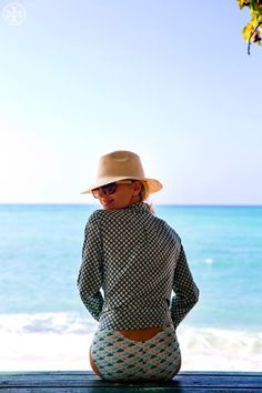 Woman's Travel Fashion: Beach Vacation Style - Tory Burch, wearing the Sanibel maillot, Evelin shirt, vintage square sunglasses and raffia knit hat. Tory Burch, Mode Style, Style Me, Bali Style, Surf Style, Inspiration Mode, Outfits Inspiration, Beachwear, Swimwear