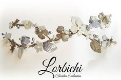 Media tiara ramificada de flores de porcelana y hojas en blanco nácar, plata y…
