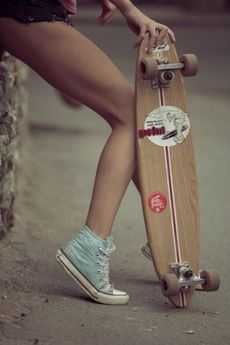 black and white, converse, longboard, girl, skate. Girls Skate, Surf Girls, Uñas Fashion, Modelos Fashion, Skateboard Girl, Girls Tees, Converse All Star, Mint Converse, Summer Vibes
