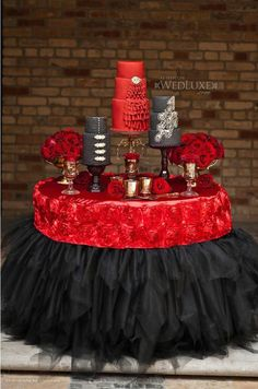 Here are some stylish wedding cake table decorations. The key to a successful wedding cake table decoration is to complement with the wedding cake. Black Wedding Cakes, Red Wedding, Elegant Wedding, Wedding Reception, Wedding Table, Khaki Wedding, Wedding 2017, Reception Table, Tulle Wedding