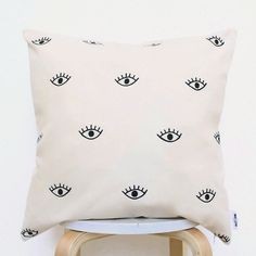 No accent is more renewing for your sofa or bed than the humble throw pillow. Cheap Throw Pillows, Dorm Pillows, Apartment Furniture, Home Furniture, Inspiration Wall, Christmas Gifts For Her, Handmade Home, Bohemian Pillows, Dorm Decorations