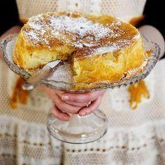Sharlotka on itkettävän herkullinen venäläinen omenakakku – tai oikeastaan jotain kakun, piiraan ja pannukakun välimaastosta.