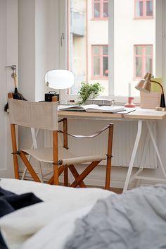 Miejsce do pracy w sypialni z biurkiem na białych koziołkach