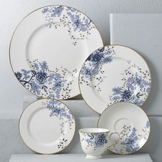 This kind of photo is a very inspirational and ideal idea Wedding China, Gold Kitchen, China Sets, Dinnerware Sets, Classic Dinnerware, Dinner Sets, Dinner Ware, Dish Sets, Christmas Makes