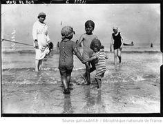 Baigneuses, scènes de plage à Deauville : [photographie de presse] / Agence Meurisse - 1919