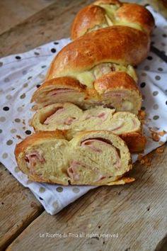 Torta salata a treccia soffice con formaggi e prosciutto cotto