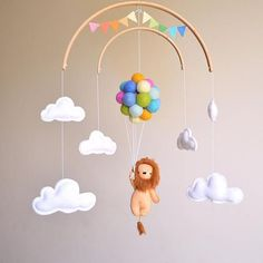 Baby mobile lion with pastel rainbow balloons and word .-Mobiler Löwe des Babys mit Pastellregenbogenballonen und -wolken – … Baby mobile lion with pastel rainbow balloons and clouds – - Baby Crafts, Diy And Crafts, Mobil Origami, Flying Balloon, Felt Baby, Baby Mobile Felt, Baby Baby, Baby Mobiles Diy, Nursery Mobiles