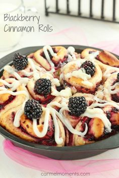 Blackberry Cinnamon Rolls - Homemade soft cinnamon rolls made with fresh blackberries. For summer brunch or breakfast. These yeast buns are a favorite. Cream Cheese drizzle topping makes them irresistible. Brunch Recipes, Breakfast Recipes, Dessert Recipes, Just Desserts, Delicious Desserts, Yummy Food, Scones, Muffins, Best Breakfast