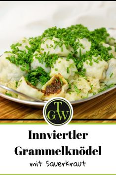Innviertler Grammelknödel mit Sauerkraut gelten als typische Hausmannskost in Österreich. Hier ein Rezept mit Schritt für Schritt Anleitung zum Nachkochen. Ein Essen für kalte Tage. #innviertlergrammelknödel #grammelknödel #hausmannskost #sauerkraut #österreich Sauerkraut, Cauliflower, Cabbage, Tasty, Vegetables, Simple, Food, New Recipes, Delicious Food