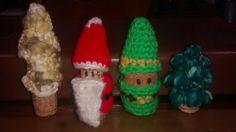 Con corchos, un Papa Noel, un duende, y dos pinos