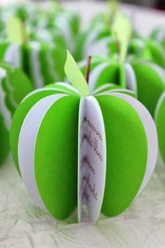 Menu en forme de pomme pour tous vos événements sur le thème de la nature ou de la gourmandise. Ces menus de la taille d'une vérita...