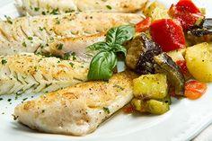 Das Rezept Zanderfilet mit Gemüse ist eine willkommene Abwechslung. Ein Schuss Weisswein gibt diesem gesunden Gericht noch besseren Geschmack.
