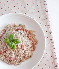 #risotto con #radicchiorosso #scamorzaaffumicata e #speck .... #buonpranzo anche se in ritardo #amici! ❤ Esistono molte varianti di questo risotto, io l'ho preparato cosi: Ingredienti: 300 g di riso Ribe 150 g di speck 100 g di scamorza 150 g di radicchio rosso 3 cucchiai di olio evo 1cucchiaio di parmigiano grattugiato sale q.b. Iniziate col preparare il brodo. Tagliate lo speck in parte a striscette sottili ed in parte a cubetti, quindi mettetelo in una padella con un cucchiaio di olio e…