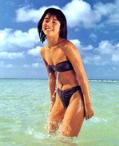 綺麗な海の中にいる石田ゆり子