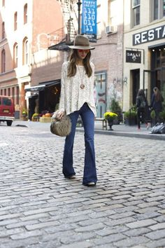 How to wear flare jeans. What shoes to wear with flare jeans and what is the right length. I share tips, ideas and my looks. Flare Jeans Outfit, Mode Outfits, Jean Outfits, Bohemian Mode, Boho Chic, Fall Winter Outfits, Autumn Winter Fashion, Bohemian Schick, Winter Stil
