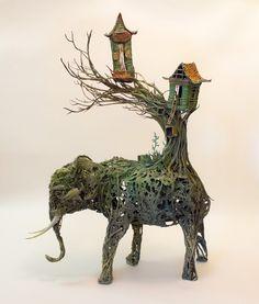 Su obra está profundamente construida por una amplia experiencia en la antropología, la ilustración médica, observación de animales exóticos, e incluso animación stop-motion. Compra las esculturas en: http://www.ellenjewettsculpture.com/new-products-1/