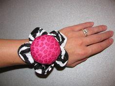 Cute Wrist Pin Cushion How-To - Totally Stitchin - CUTE!
