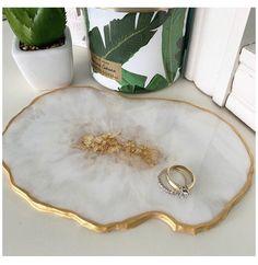Diy Resin Tray, Diy Resin Crafts, Resin Art, Jewelry Tray, Jewellery Display, Resin Jewelry, Metal Clock, Metal Wall Art, Silver Metallic Paint