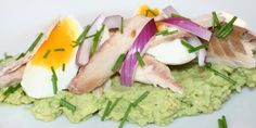 Røget makrel på avokadomos Fish And Seafood, Guacamole, Avocado, Low Carb, Mexican, Favorite Recipes, Lunch, Ethnic Recipes, Lawyer