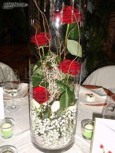 Centrotavola di rose rosse e nebbiolina bianca: scopri tutte le idee per un ricevimento di matrimonio unico ed originale!