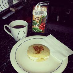 mas Venezolano imposible..Arepa con mantequilla y queso blanco. con el divino cafe de @amadahycafe  FELIZ DÍA! estonoespublicidad