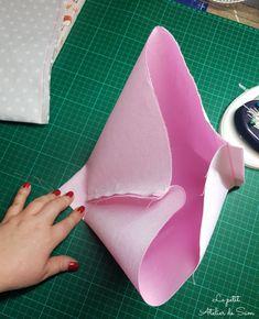 Suivez pas à pas ce tutoriel rapide et facile même pour les plus débutantes photo par photo. Matériels: - 2 coupons de tissus de la couleur de votre choix 50x30 cm. - 2 coupons de vlieseline thermocolante h 200 ou 250 de 50 x30 cm. - une règle - un ciseau... Diy Envelope Tutorial, Sewing Projects, Diy Projects, How To Make An Envelope, Techniques Couture, Basket Decoration, Fabric, Vide Poche, Baskets