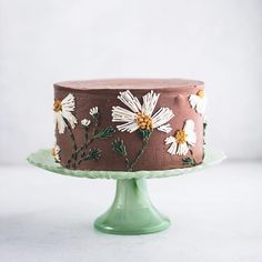 Embroidery inspired buttercream frosting, buttercream daisies - How To Make Crazy PARTY Pretty Cakes, Cute Cakes, Beautiful Cakes, Amazing Cakes, Fancy Desserts, Fancy Cakes, Cake Inspiration, Bolo Cake, Modern Cakes