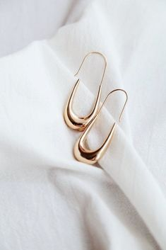 DETAILS SIZING & CARE Elevated contemporary earrings for the modern lady. - Gold-plated alloy FIT- One SizeCARE - Keep jewelry dry at all times, always avoid contact with chemicals. Keep Jewelry, Simple Jewelry, Jewelry Gifts, Fine Jewelry, Jewelry Trends, Jewelry Accessories, Jewelry Design, Jewelry Ideas, Geode Jewelry