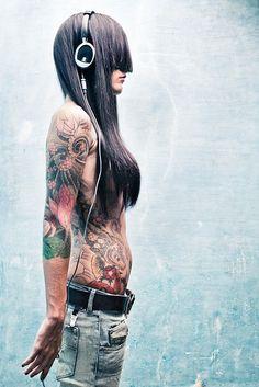 Tatoo and Jeans. Tattoo Girls, Girl Tattoos, Tattoos For Women, Tattooed Women, Hot Tattoos, Body Art Tattoos, Sleeve Tattoos, Music Tattoos, Drawing Tattoos