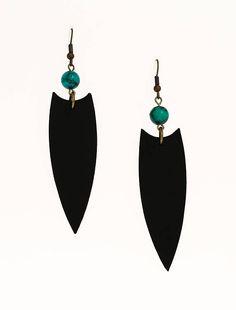 Boucles d'oreilles cuir turquoise Cuir : noir Minéral : perles de turquoise africaine, 5/16, 8 mm Crochet d'oreille : laiton Longueur totale : 3 3/4, 9,5 cm