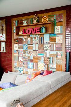 Painel de madeira de demolição, ladrilhos hidráulicos e tacos coloridos.