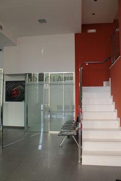 Ideas de #Vestibulo, Oficina, Escalera, estilo #Contemporaneo color  #Rojo,  #Blanco,  #Gris, diseñado por Francesc Plazas Nebot  #CajonDeIdeas