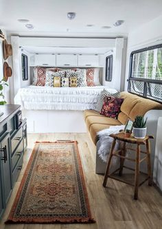 Before and After: A grim, outdated RV becomes a boho-modern haven. #rv #tinyhome #tinyhouse #tinyhouediy #tinyhouseonwheels #camper #tinyhouseideas #smallspaces #smallspacedecor #diy #diyprojects #bohodecor #bohemian #bohemiandecor Beautiful Home Designs, Beautiful Homes, Rv Redo, Tiny Spaces, Cozy Place, Rv Living, Modern Boho, Built Ins, My Dream Home