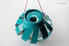 Portavelas colgantes con latas de soda: Pinta las latas con el color que quieras. Dibuja líneas verticales en todo el cilindro de la lata separadas 1 cm. Corta por las líneas con un cartonero ayudada por una regla. Toma la parte superior e inferior de la lata y aplástala hacia abajo un poco. Ata un hilo para colgarlo y pon una vela en el interior. X