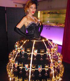 Femme en démabulation avec du Champagne, animation événementielle www.bullissime.com