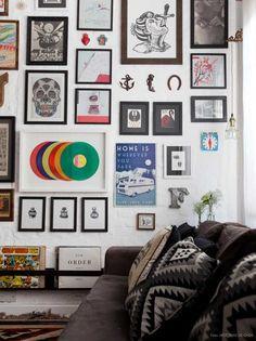 Sala decorada com quadros