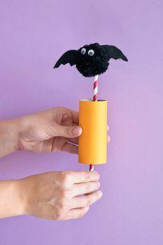 Buhh: Auch wenn diese Halloween-Fledermaus plötzlich aus ihrem Versteck hervorgeschossen kommt, fürchten brauchen wir uns nicht. Die Anleitung für den lustigen Pompom Pop Up gibt's hier.  © vision net ag