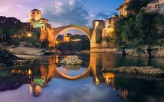 Descargar fondos de pantalla Antiguo puente peatonal puente de arco, Mostar, Bosnia y Herzegovina, el río Neretva, noche, puente de piedra